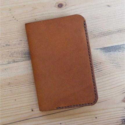 Porte cartes et billets en cuir caramel cousu main en point sellier, au fil de lin marron, fabriqué en France, par artisan d art