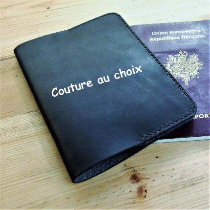 Porte passeport personnalisable en cuir noir, cousu à la main en point sellier. 100 % fabriqué en France, 100 % artisanal