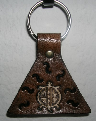 porte-clés triangulaire marron antique tortue blanche